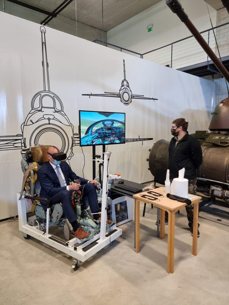 Simon Zajc, državni sekretar MGRT-ja leti simulator Mig-a 21 bis.